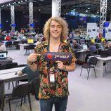 Manel Navarro con el cartel de la segunda mitad de la final de Eurovisión 2017
