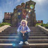 Manel Navarro posa sentado en unas escaleras en Eurovisión 2017