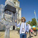 Manel Navarro junto a una escultura de Kiev en Eurovisión 2017
