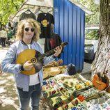 Manel Navarro posa con un instrumento típico de Ucrania