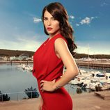 Andrea Duro, Claudia en 'Perdóname Señor', posa con un vestido rojo