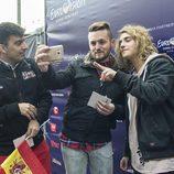 Manel Navarro con eurofans en Eurovillage en el Festival de Eurovisión 2017