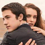 Katherine Langford y Dylan Minette de 'Por 13 razones', abrazados para una sesión de fotos