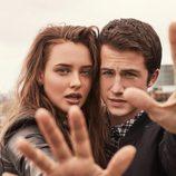 Katherine Langford y Dylan Minette de 'Por 13 razones' posan juntos en una sesión de fotos