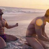 Miguel Ángel Silvestre y su Alfonso Herrera en tanga y en la playa durante una secuencia de 'Sense8'