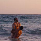 Miguel Ángel Silvestre y Alfonso Herrera se bañan en tanga en el mar en 'Sense8'
