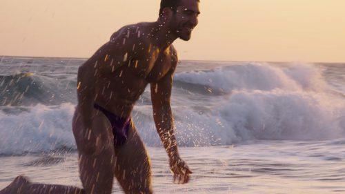 Miguel Ángel Silvestre sale del mar empapado y en tanga en 'Sense8'