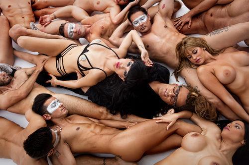 Yurena posando en el suelo desnuda para Primera Línea