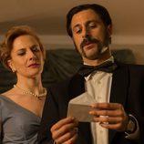 Pacino (Hugo Silva) junto lee una carta en la tercera temporada de 'El Ministerio del Tiempo'