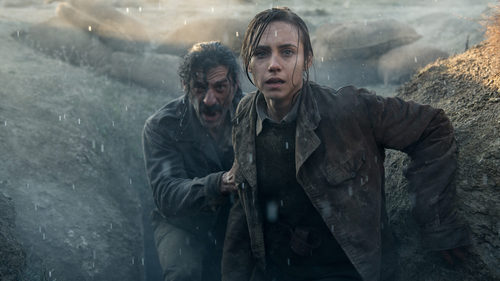 Amelia Folch (Aura Garrido) y Alonso de Entrerríos (Nacho Fresneda) debajo de la lluvía en 'El Ministerio del Tiempo'