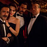 Alfred Hitchcock (José Angel Égido) junto a los protagonistas de 'El Ministerio del Tiempo'