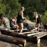Los concursantes de 'El puente' emplean troncos para la construcción