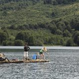Tres concursantes de 'El puente' navegando por el río
