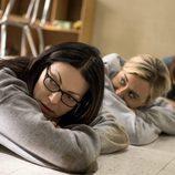 Laura Prepon y Taylor Schilling, tumbadas en el suelo en la quinta temporada de 'Orange is the New Black'