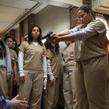 Dascha Polanco encañona a un agente de seguridad en la prisión de 'Orange is the New Black'