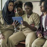 Danielle Brooks mira sorprendida su tablet en la quinta temporada de 'Orange is the New Black'