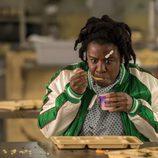 Uzo Aduba aparece comiéndose un yogurt en esta escena de la quinta temporada de 'Orange is the New Black'