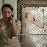 Selenis Leyva llama angustiada por teléfono en esta escena de la quinta temporada de 'Orange is the New Black'