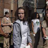Taryn Manning y Jolene Purdy en el patio de la carcel de 'Orange is the New Black'
