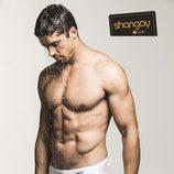 El actor José Yzarga semidesnudo en una sesión de fotos