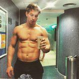 James Longman se saca un selfie semidesnudo en el baño