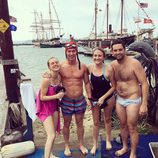 James Longman, reportero de ABC News, sin ropa posa con sus amigos