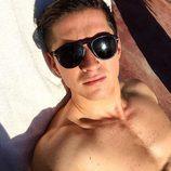 James Longman tomando el sol semidesnudo en Marruecos