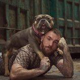 Javier García posa junto a un perro para 'A cara de perro'