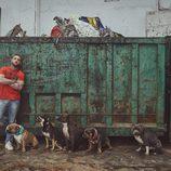 El presentador de 'A cara de perro' junto a varios cachorros