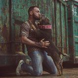 Javier García juega con un cachorro en 'A cara de perro'
