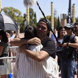 Naím Tomas ('OT 1') se abraza con una aspirante en el casting de 'Operación Triunfo' en Barcelona