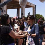 Gisela ('OT 1') coge las manos de una aspirante en el casting de 'Operación Triunfo' en Barcelona