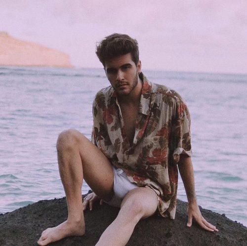 Maverick posa marcando paquete en las playas de Hawaii