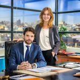Jon Arias y Alba Ribas posan en los decorados de 'Derecho a soñar', serie de La 1
