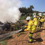 El equipo de bomberos apaga un incendio en el programa 'Ellas' de TVE