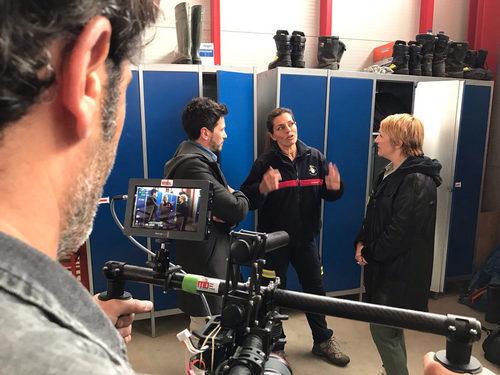 David de María y Blanca Portillo hablando con una bombera en 'Ellas'
