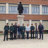 Pepe Viyuela y Blanca Portillo con el equipo de 'Ellas' y agentes de la Guardia Civil