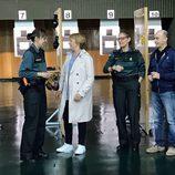 Blanca Portillo y Pepe Viyuela con dos agentes de la Guardia Civil en 'Ellas'