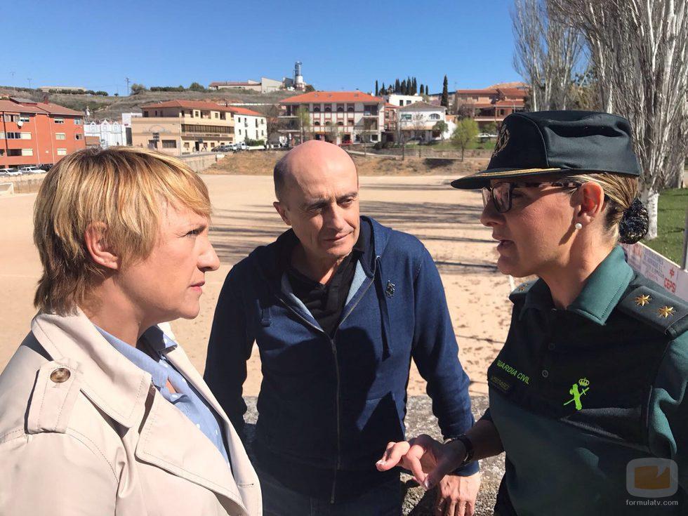 Blanca Portillo y Pepe Viyuela con una agente de la Guardia Civil en 'Ellas'