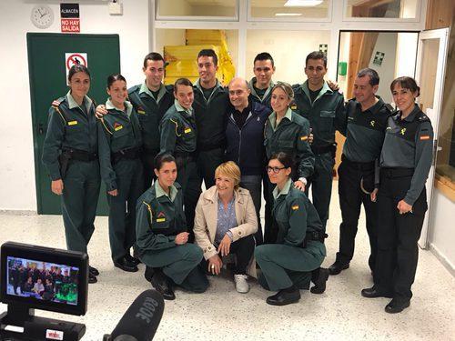 Blanca Portillo y Pepe Viyuela con un equipo de la Guardia Civil en 'Ellas'