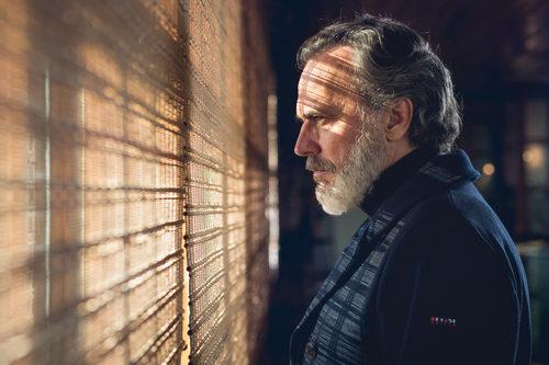 Nemo Bandeira (José Coronado) mira por la ventana en 'Vivir sin permiso'
