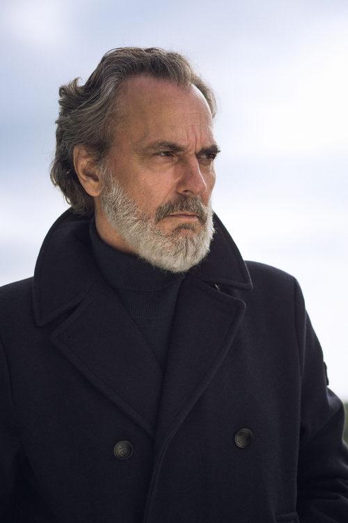 Jose Coronado posa con porte majestuoso en 'Vivir sin permiso'
