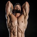 Brant Daugherty desnudo, enseña sus músculos sin camiseta
