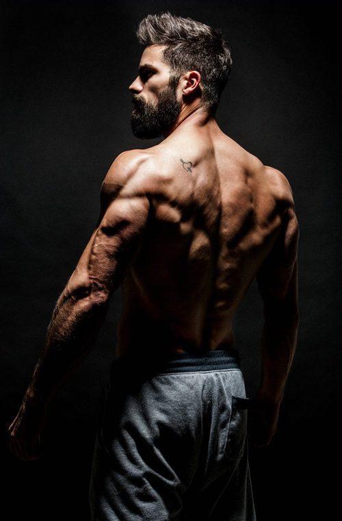Brant Daugherty, sin ropa, sale de espaldas muy sexy