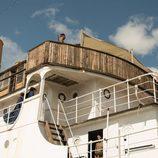 Julia (Amaia Salamanca), subida a un barco en 'Tiempos de guerra'