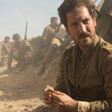 Andrés (Álex Gadea) sujeta un medallón en 'Tiempos de guerra'