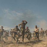 Los soldados salen corriendo en 'Tiempos de guerra' en mitad de una batalla.