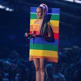 Miley Cyrus vestida con la bandera LGTB