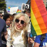 Lady Gaga luciendo una bandera LGTB