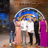 El ganador de 'MasterChef 5', Jorge, con el trofeo junto al equipo
